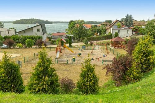 Plac zabaw dla dzieci w obiekcie Dom nad jeziorem