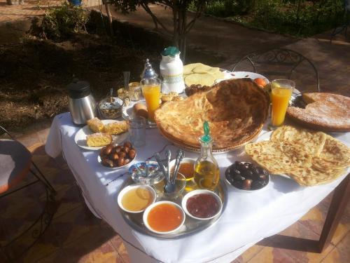 Options de petit-déjeuner proposées aux clients de l'établissement Bassatine Skoura