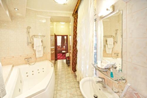 Vannas istaba naktsmītnē Boutique Hotel Monte Kristo