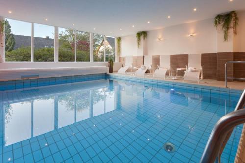 Der Swimmingpool an oder in der Nähe von Hotel Haus Andrea
