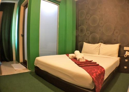A bed or beds in a room at Hotel RAE Bukit Bintang