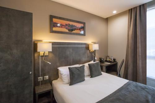 A bed or beds in a room at Best Western Paris Italie