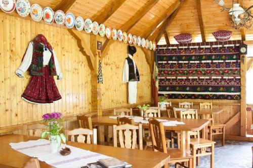 Pensiunea Ileana tesisinde bir restoran veya yemek mekanı