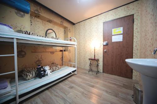 A bunk bed or bunk beds in a room at Comeinn Guesthouse Hongdae - Female Only