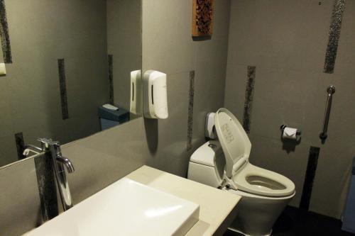 A bathroom at Ibis Styles Bali Denpasar