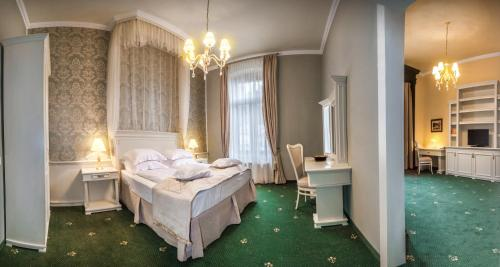 A bed or beds in a room at Hotel Central Park Sighisoara