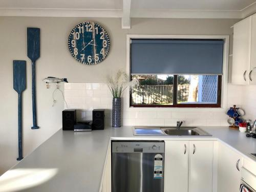A kitchen or kitchenette at Lakeview Cottage