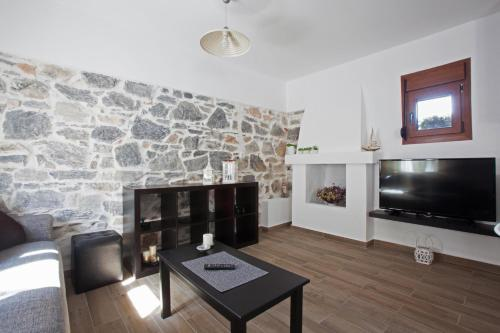 A television and/or entertainment centre at Antoni's House Makri