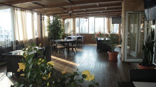 Un restaurante o sitio para comer en Hotel Asteri