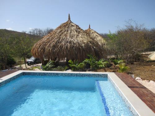 A piscina localizada em Don Genaro Apartments ou nos arredores