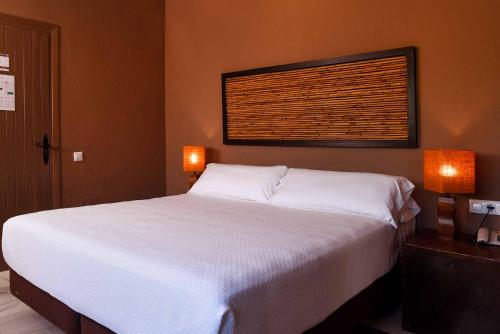 A bed or beds in a room at Chillout Hotel Tres Mares