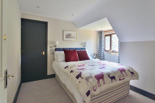 A bed or beds in a room at The Stag's Head Inn