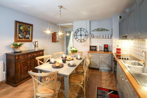 A kitchen or kitchenette at My Sweet Homes - Le 15