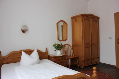 Ein Bett oder Betten in einem Zimmer der Unterkunft Hotel Klostergarten