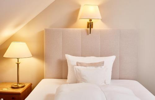A bed or beds in a room at Hotel Freisinger Hof