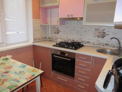 Кухня или мини-кухня в Kvartira v centre