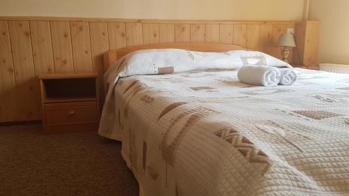 Łóżko lub łóżka w pokoju w obiekcie Folwark Tumiany Pokoje & Restauracja