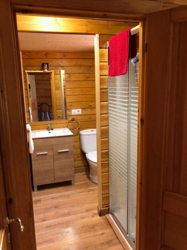 A bathroom at CABAÑAS LAGO DE SANABRIA