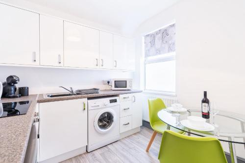 A kitchen or kitchenette at The Urban