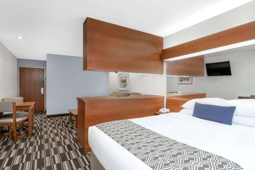 A bed or beds in a room at Microtel Inn & Suites by Wyndham Bremen