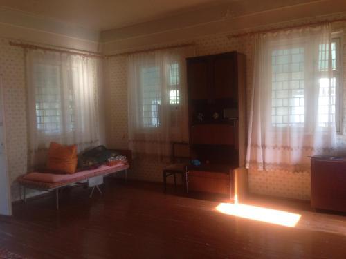 Uma área de estar em Comfort House with seaview