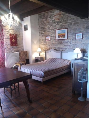 A bed or beds in a room at Auberge de La Halle