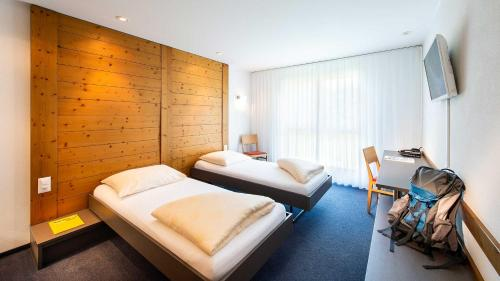 Ein Bett oder Betten in einem Zimmer der Unterkunft Swiss Heidi Hotel