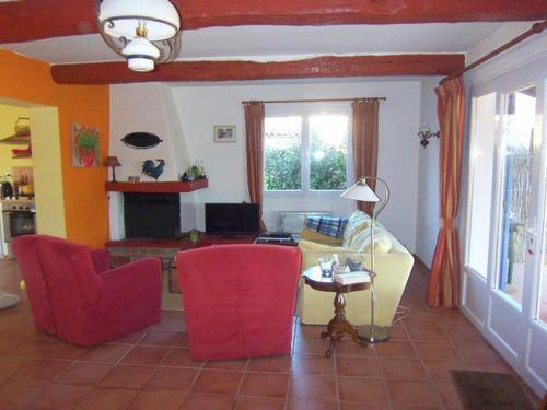 Coin salon dans l'établissement Vibrant Villa with Private Pool in Tavernes