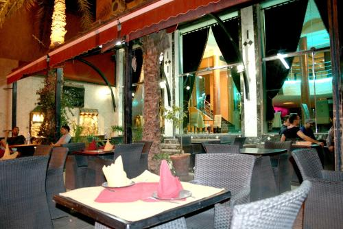 A restaurant or other place to eat at Hotel Benhama