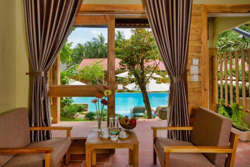 Вид на бассейн в Azura Resort или окрестностях