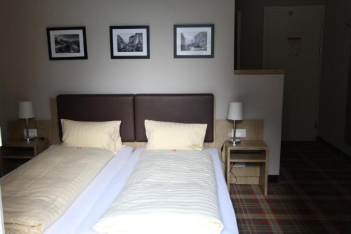 Een bed of bedden in een kamer bij Hotel Staubbach