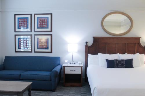 A bed or beds in a room at Carlisle Inn Sarasota