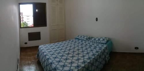 A bed or beds in a room at Apto da Mariana Centro Ubatuba 3 Quartos, Piscina e Garagem Pré-visualizar anúncio