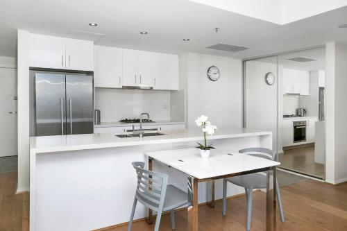 A kitchen or kitchenette at Modern Spacious St Leonard's 2BR w/ Views SL001