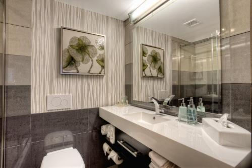 A bathroom at Crowne Plaza Seattle Airport