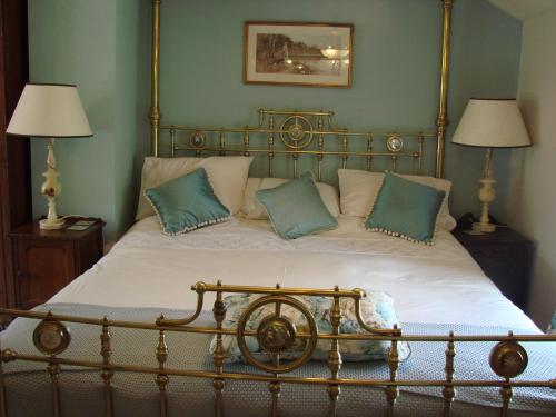A bed or beds in a room at Chapel Cottage Clitheroe Road