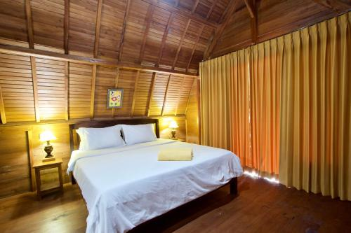 A bed or beds in a room at Nusa Penida Pudak Nature Bungalow