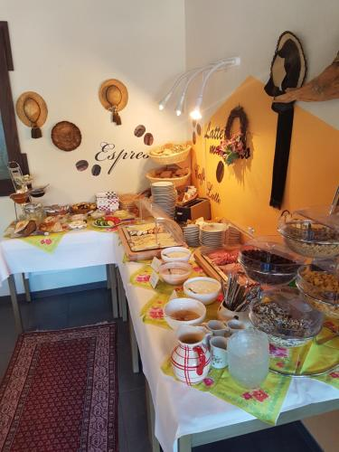 Breakfast options available to guests at Hotel Garni Central