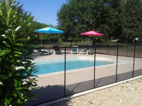 The swimming pool at or close to Château de Bournand B&B