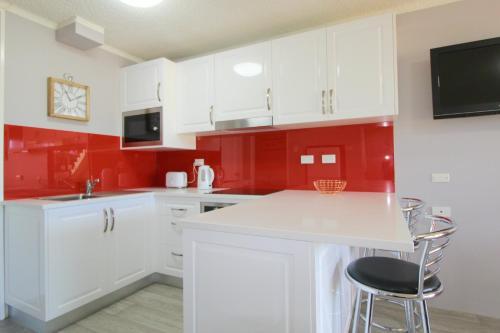 A kitchen or kitchenette at Beachfront 2, 25 Willow Street