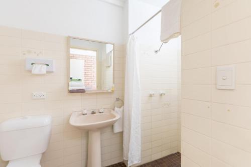 A bathroom at Aquajet Motel