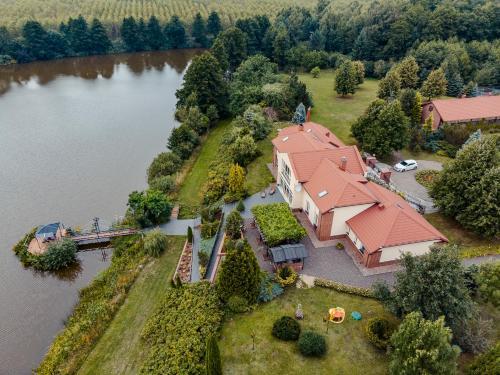Widok z lotu ptaka na obiekt U Zuzanny - dom z prywatnym jeziorem
