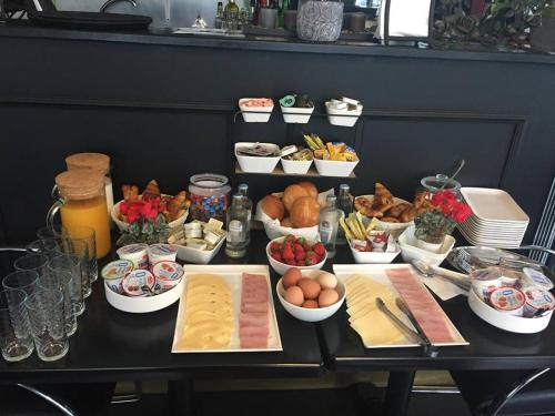 Breakfast options available to guests at 2 Sides