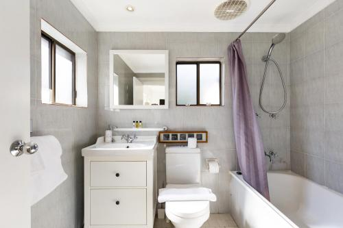 A bathroom at Pyrmont Self-Contained Terrace House (64 BUL)