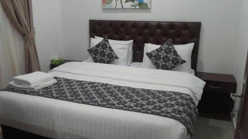 A bed or beds in a room at BAHAR HOTEL فندق بحر