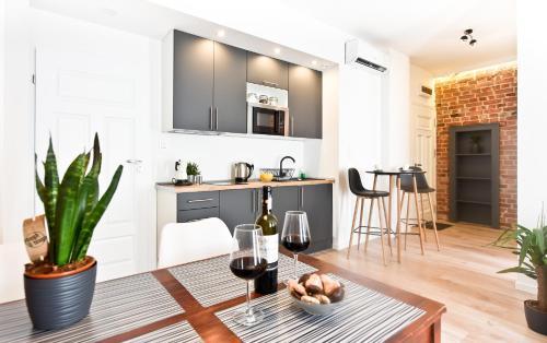 A kitchen or kitchenette at Green Garden Apartment