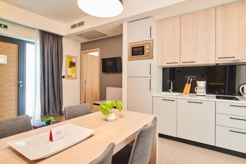 A kitchen or kitchenette at Apartments Park Plava Laguna