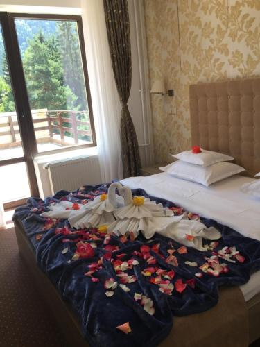 Un pat sau paturi într-o cameră la Pensiunea Orizont