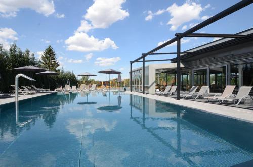 호텔 아우라 디자인 & 가든 풀 내부 또는 인근 수영장