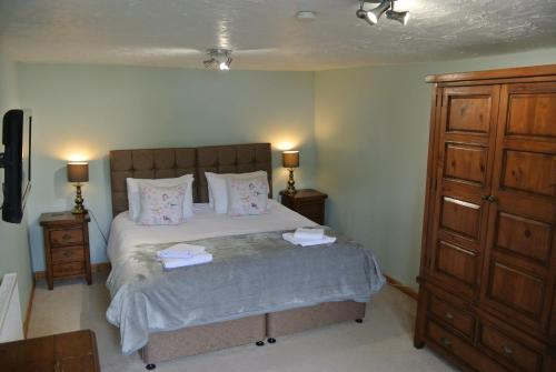 A bed or beds in a room at The Horse & Jockey Inn